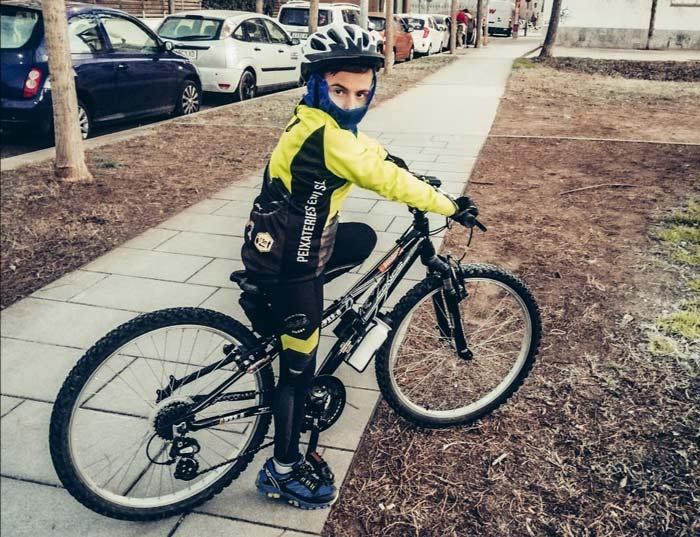 Arnau montando en bici -Yo Soy TEA
